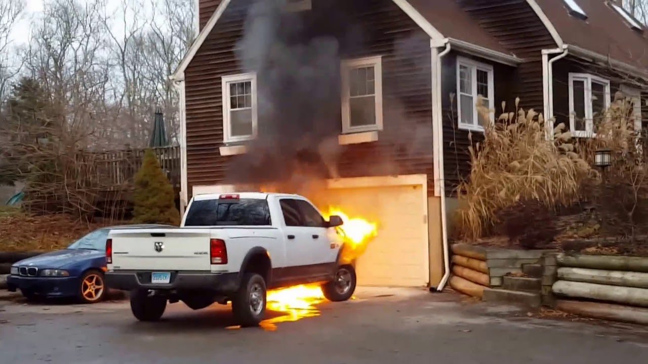 Dodge Ram 2500 Diesel >> 2012 Dodge RAM 2500 bursts into flames while parked - YouTube