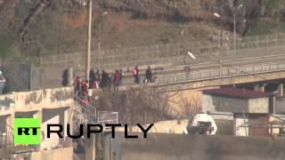 Мирные жители Джизре вынуждены ходить под белым флагом из-за угрозы атаки со стороны военных Турции(, 2016-01-13T09:57:11.000Z)