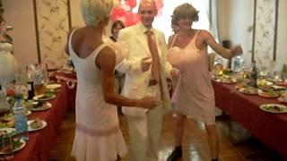 Две блондинки зажигают на свадьбе.AVI