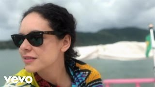 Смотреть клип Yasemin Mori - Dünya
