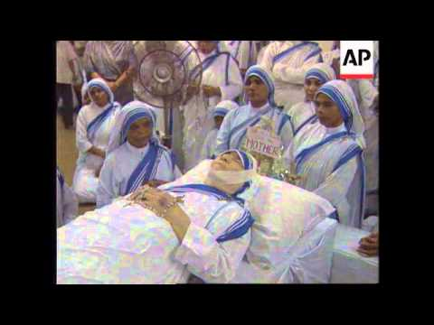 INDIA: CALCUTTA: MOURNERS FLOCK TO HOME OF MOTHER TERESA