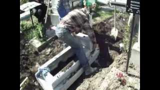 установка памятника на кладбище(TEHNOEXIM фирма в Кишиневе по изготовлению памятников. Так устанавливается памятник., 2013-05-16T11:29:54.000Z)
