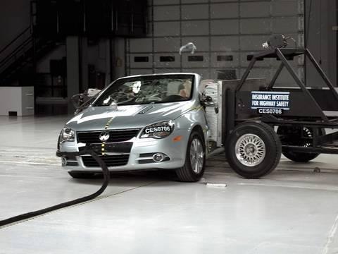 2007 Volkswagen Eos side IIHS crash test