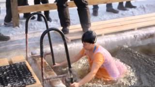 Крещенские купания в проруби и освящение иордани в Благовещенске 2013 год(, 2013-01-19T11:25:09.000Z)