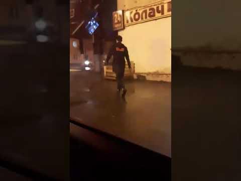 Неадекватный мужчина с ножом на улицах Твери