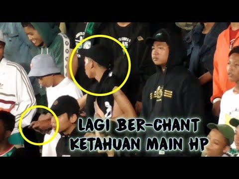 Aksi Keren Suporter BCS Saat Tahu Temannya Main HP Ketika Sedang Mendukung PSS Sleman