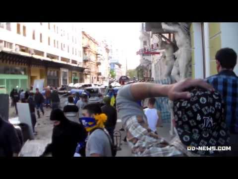 """16:45. """"Ультрас"""" и активисты Евромайдана камнями,"""
