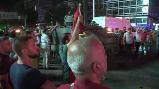 Vatandaşlar tankın üzerinde kalkışmaya direniyor