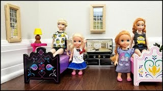 HOTEL ! Elsa & Anna toddlers relax and play - room service - lunch - bath - vacation - adventure thumbnail