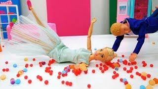 Видео для девочек - кукла Барби делает уборку