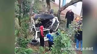 Carro é arremessado em pátio de residência após acidente