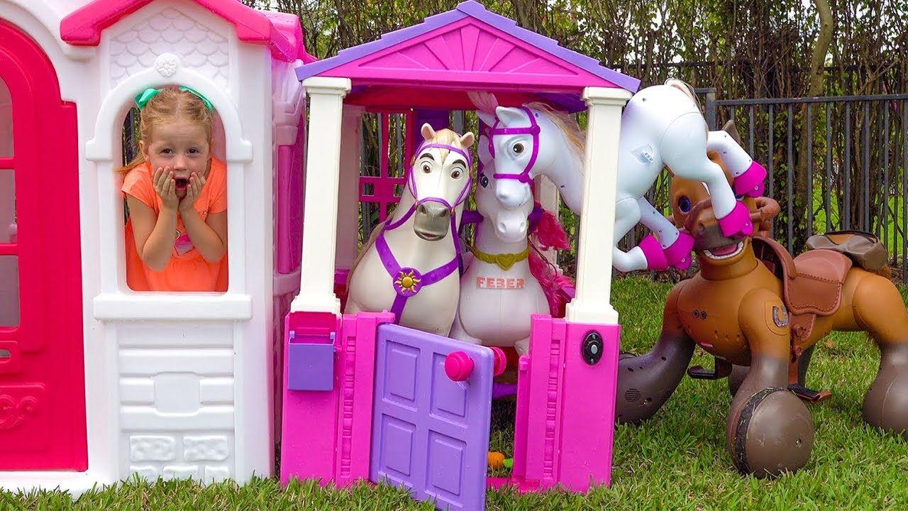 Download Stacy is building a new playhouse for toys.