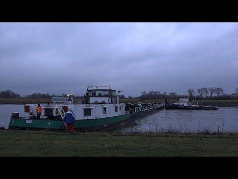 LIVE: Kijk mee hoe het vrachtschip in de IJssel wordt losgetrokken (deel2)