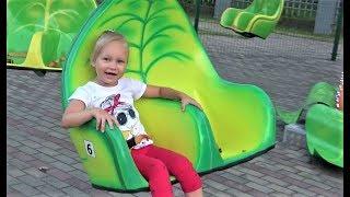 Алиса в детском парке где Много Развлечений для детей
