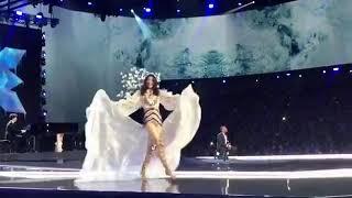 Ming Xi té trong show diễn Victoria Secret 2017