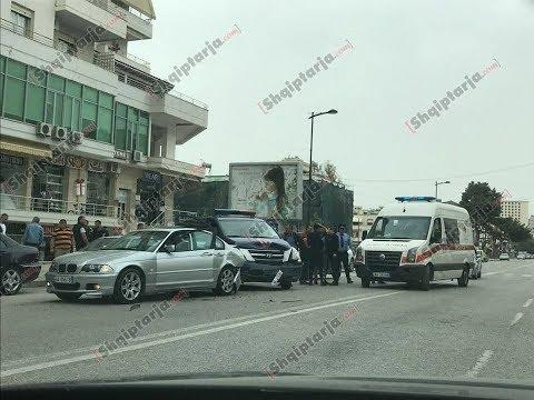 Report TV - Vlorë, furgon i policisë përplaset me 'BMW'
