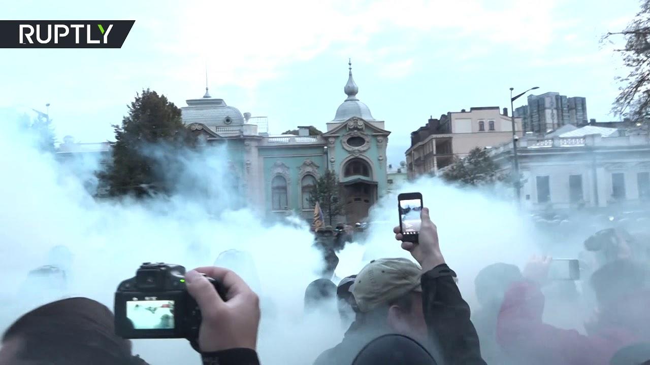 Украинские националисты вышли на митинг против продления особого статуса ДНР