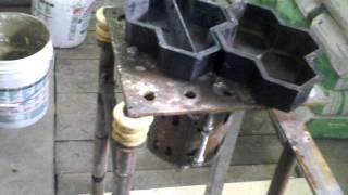 Produkcja kostki brukowej - stół wibracyjny i zaprawa.