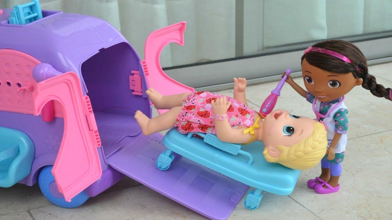 Y Baby Divertida Con Juguetes Muñeca Alive La Jugando Doctora SzMVGqpU