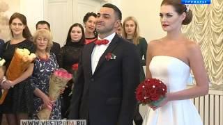 Работники ЗАГСов отмечают професиональный праздник: какие свадьбы сегодня в моде?