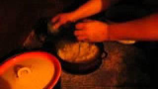 Мамалыга. Аутентичный карпатский рецепт с видео часть1(Из путешествия по Западной Украине и Карпатам, мы привезли рецепт тамошнего местного блюда - мамалыга., 2014-02-12T09:39:14.000Z)
