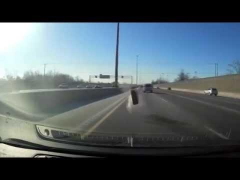 Al auto de adelante se le salió una rueda y se le incrustó en el parabrisas