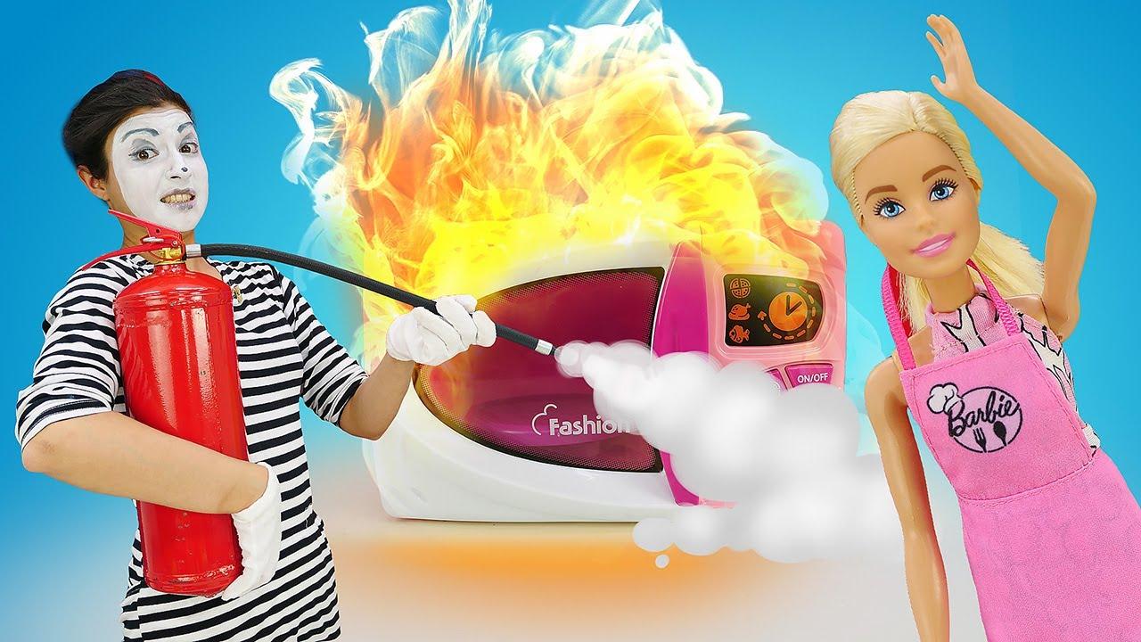 A palhaça quer fazer pão com a Barbie e suas amigas! Novelinha de Barbie engraçada