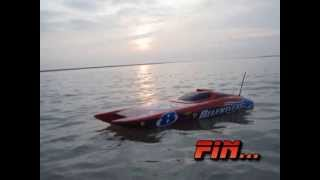 Bateau rc relentless moteur brushless lipo 3s en mer (rc boat wave jump)