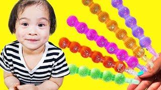 Diana and Mamy Pretend play with fruit lollipops - Kinderlieder und lernen Farben