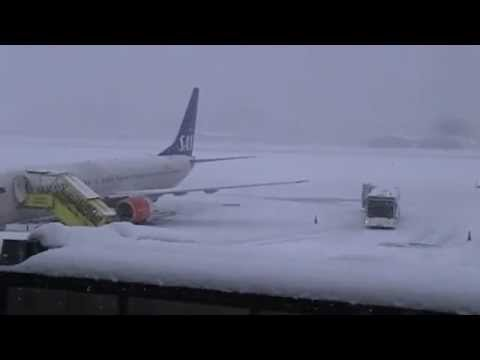 Heavy Snowfalls LOWI Airport Innsbruck - and the airport is still operating