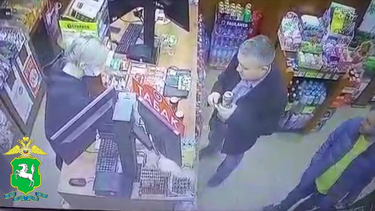 Сотрудники полиции устанавливают подозреваемого в краже денежных средств с банковской карты