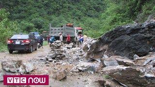 Quốc lộ 7 ách tắc do mưa lớn gây sạt lở | VTC1