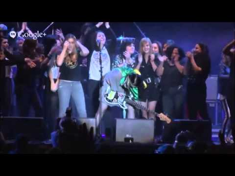 Kate Nash live @ São Paulo - Underestimate the Girl (stage invasion)