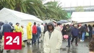 Десятки мигрантов взобрались на пограничный забор между США и Мексикой - Россия 24