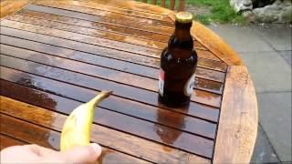 Uite cum sa desfaci o sticla de bere cu o banana
