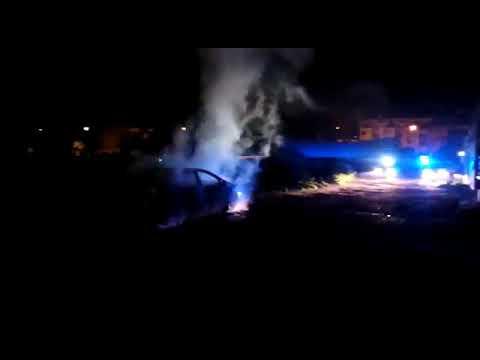 Los bomberos actúan en el incendio de un coche en un solar cerca del Carrefour Zahira