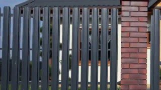 видео Установка забора из евроштакетника на участке в Московской области