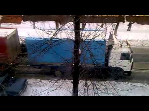 Грузовик с прицепом на оледенелом подъёме - YouTube