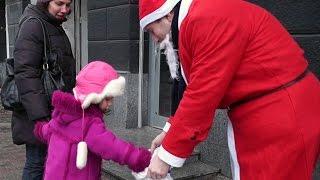 Детская радость! Новогодний выпуск! Дед Мороз дарит подарки детям прямо на улице!