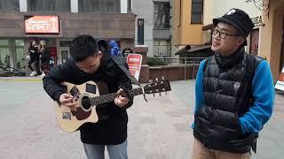 Студенты из Китая поют в центре Гродно