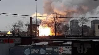 Смотреть видео В Санкт Петербурге вспыхнул крупный пожар онлайн