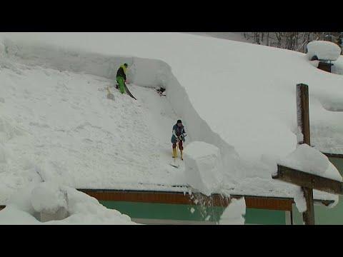 Mannshoch: Schnee macht Alpenbewohnern weiterhin das Leben schwer