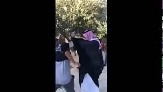 شاهد الاخوة الفلسطينيين يهينون ويضربون  سعودي متصهين زار القدس تحت حماية الشرطة الصهيونية
