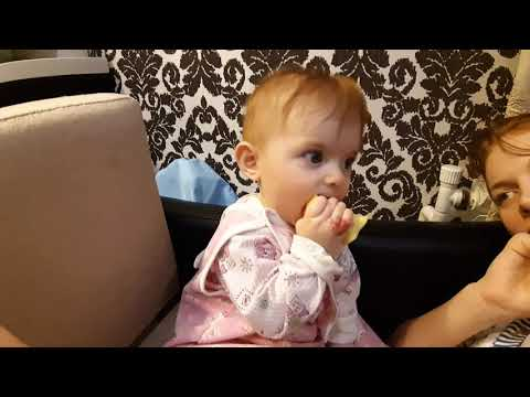 Apple/on A Tooth/Пробуем наш первый зубик/Жуем яблоко/Моя дочка зубастик/Беззубик/
