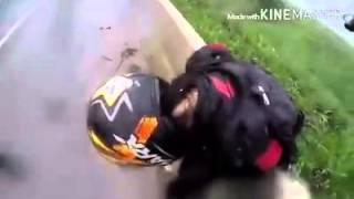 ลูกผู้ชายตัวจริง! หนุ่มไบค์เกอร์ปกป้องแฟนสาว ขณะไถลบนพื้นถนน หลังจาก Bigbike ล้ม