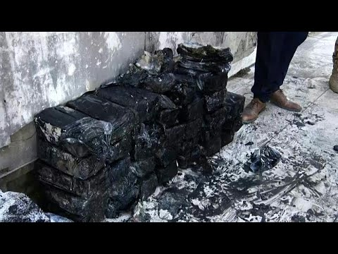 شاهد: العثور على أكياس من الأوراق النقدية تحت أنقاض البنك المركزي في الموصل  - 00:53-2021 / 10 / 21