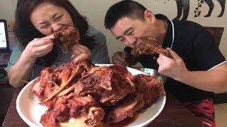 【超小厨】夫妻两人猛啃,5斤酱大骨,毫无形象,再泡两袋面吃,实在是太过瘾了