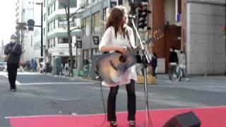 3月21日 広島並木通り 歩行者天国で歌った森恵さん。