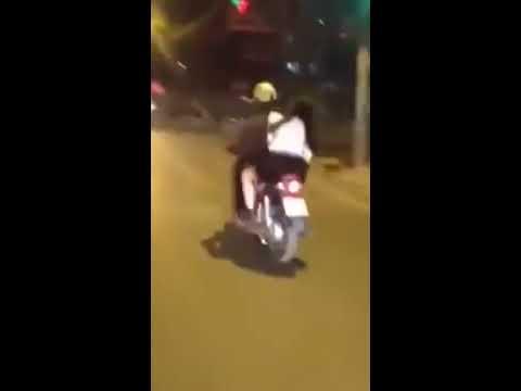 Cô gái say rượu vừa khóc vừa đánh đấm bạn trai giữa đường