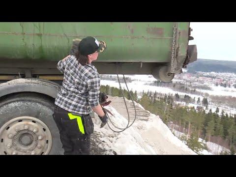 """Här är Sveriges kanske högsta snöhög - """" En jäkla utsikt"""" - Nyheterna (TV4)"""